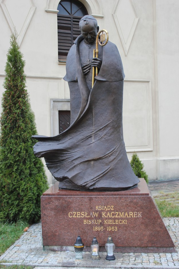 biskup-kielecki-czeslaw-kaczmarek-pomnik