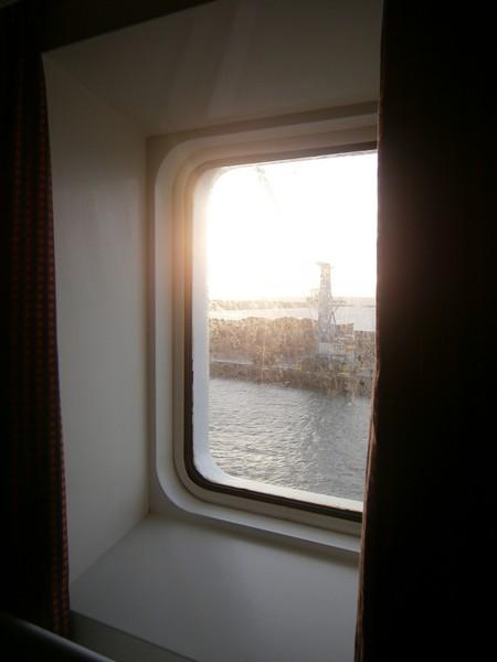 Okno i widok przez nie na port w Ystad