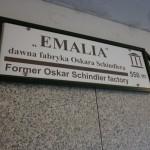 Tabliczka wskazująca kierunek dojścia do dawnej fabryki Oskara Schindlera